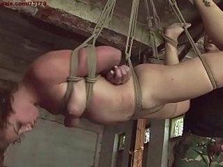 БДСМ хардкор, с мастерами шикарной секс-рабыни. Когда она прибыла в нашу студию, мы договорились о типах подвесного рабства, и после небольшого количества фальсификаций она оказалась поднятой в воздухе, терпеливо ожидая прибытия своего Учителя.