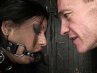 Подготовка к работорговле. Великолепный раб из Египта. Арабская красотка-рабыня готовится стать покорной секс-рабыней. Теперь он показывает ее обучение рабов, прежде чем она будет продана. Часть 1