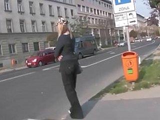 Сексуальная блондинка-шлюшка на улице. Я следил за ней со своей шпионской камерой, после того как я ее снял, она тренирует свою шлюшку в строгом веревочном бондаже. Часть 1.