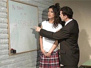 Школьница получает наказание. Дисциплинарный лагерь. Непослушная школьница наказана в неволе.
