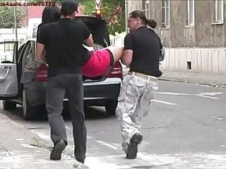 Пленный уличный проститутка. Она уличная проститутка в этой истории о похищении. Банда взбесилась здесь, она получает очень сильные тренировки здесь. Это жестокий групповой секс БДСМ.